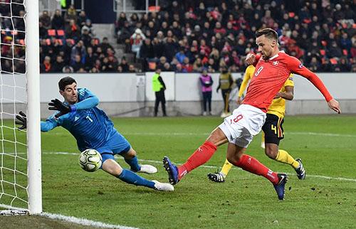Seferovic (áo đỏ) là người hùng của Thuỵ Sỹ tối 18/11. Ảnh: AP.