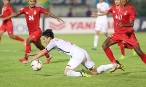Cầu thủ Việt Nam ngã sấp mặt vì lối đá rắn của Myanmar