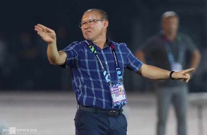 HLV Park Hang-seo phản ứng với quyết định của trọng tài, trong trận đấu trên sân Thuwunna, Yangon tối 20/11. Ảnh: Đức Đồng.