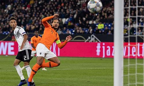 Cú vô lê đưa Hà Lan vào bán kết Nations League.