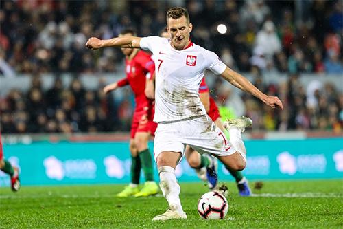 Milik phải thực hiện quả penalty hai lần, nhưng đều thành công. Ảnh: UEFA.