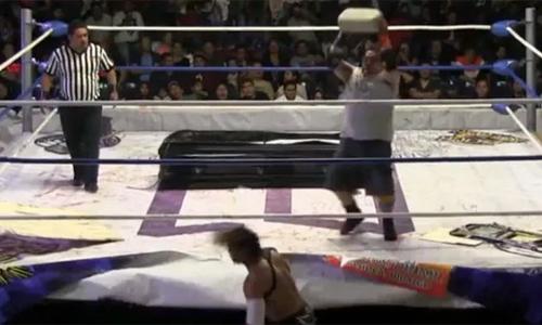 Demonio ném bê tông vào đấu Cuervo.