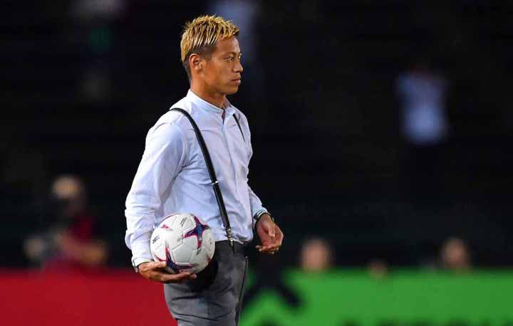 Honda chỉ đạo tuyển Campuchia trong trận thắng Lào 3-1 ngày 20/11.