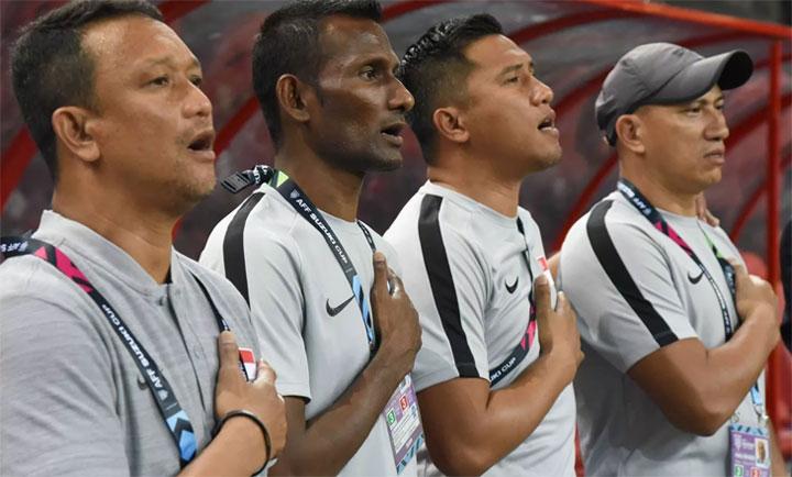 Fandi Ahmad (trái) cùng ban huấn luyện Singapore quyết giành kết quả tốt trên sân Thái Lan. Ảnh: AFF
