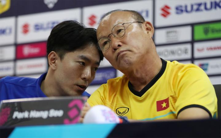 HLV Park Hang-seo và trợ lý ngôn ngữ Hàn - Anh trong cuộc họp báo ở trụ sở Liên đoàn bóng đá Lào hôm 7/11. Ảnh: Đức Đồng.