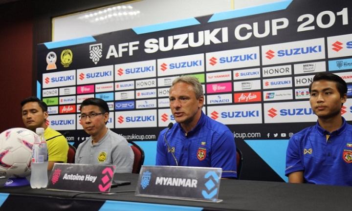 HLV Antoine Hey (thứ hai từ phải sang) không e ngại đám đông CĐV Malaysia. Ảnh: Myanmar Football.