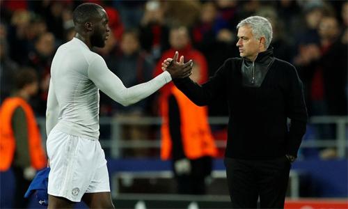 Lukaku mất suất đá chính từ trận Man Utd thắng Everton 2-1 hồi tháng trước, nhưng không hề bật lại Mourinho. Ảnh: Reuters.