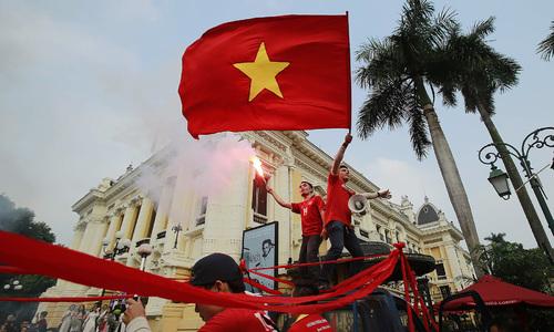 CĐV diễu hành trước trận Việt Nam - Campuchia