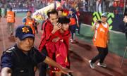 Công Phượng cõng Văn Toàn rời sân trong tiếng reo hò