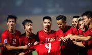 Đồng đội giơ áo của Văn Toàn sau bàn thắng vào lưới Campuchia