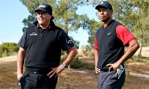 Woods, 42 tuổi, và Mickelson, 48 tuổi, tạo nên cuộc đấu kịch tính kéo dài 22 hố.Ảnh: NESN.com.