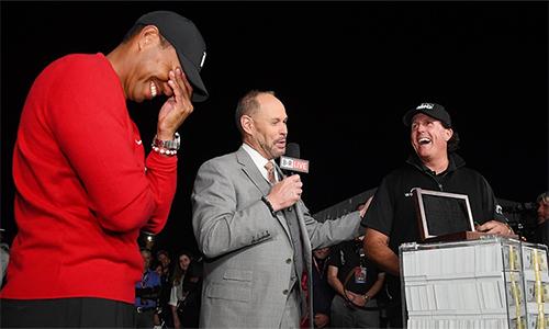 Woods cười trong lễ trao giải chín triệu đôla tiền mặt cho kình địch Mickelson.Ảnh: Golfchannel.