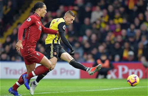 Các mũi nhọn của Watford khiến hàng thủ Liverpool khốn đốn trong hiệp một. Ảnh:AFP.