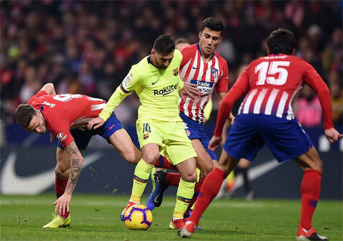 Atletico phong tỏa Messi. Ảnh: Reuters