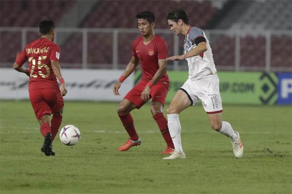 Philippines (áo trắng) chơi đơn giản, nhưng rất chắc chắn và hiệu quả. Ảnh: AFF