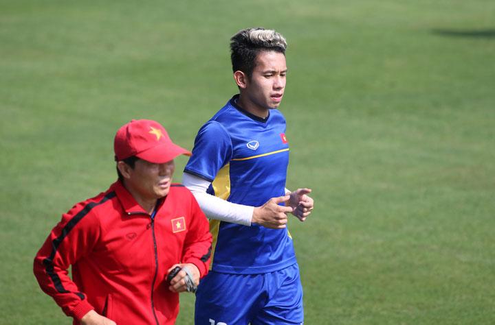 Nguyễn Phong Hồng Duy chạy khởi động trên sân Trung tâm đào tạo trẻ VFF sáng 26/11. Ảnh: Lâm Thỏa