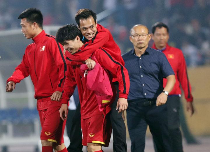 Công Phượng cõng Văn Toàn rời sân sau khi Việt Nam đánh bại Campuchia 3-0 trên sân Hàng Đẫy tối 24/11. Ảnh: Lâm Thỏa