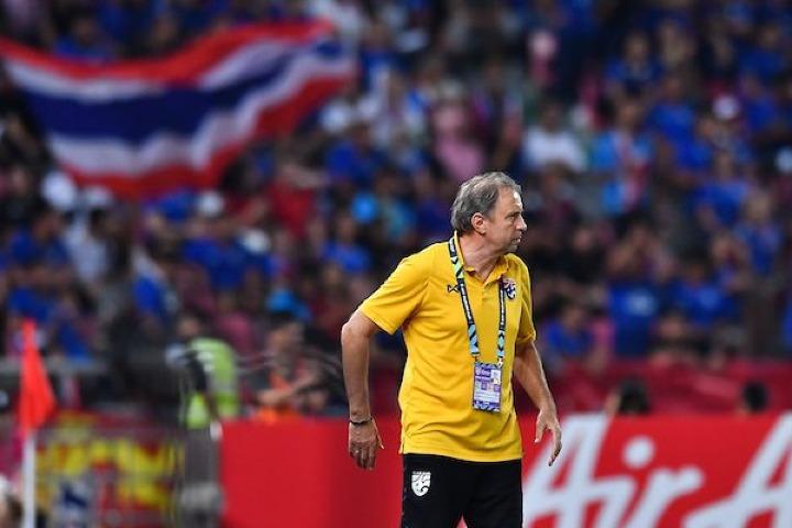 HLV Rajevac đang dần lấy niềm tin từ người hâm mộ Thái Lan. Ảnh: AFF.