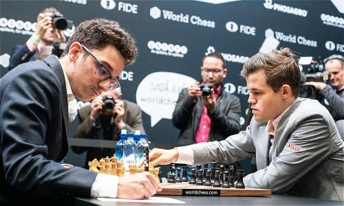 Carlsen (phải) gây ra nhiều chỉ trích vì quyết định quá an toàn trong ván cuối cùng. Ảnh: Chess.com.