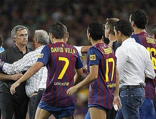 Mourinho đối đầu các cầu thủ Barca trong một trận El Clasico. Ảnh: PA.