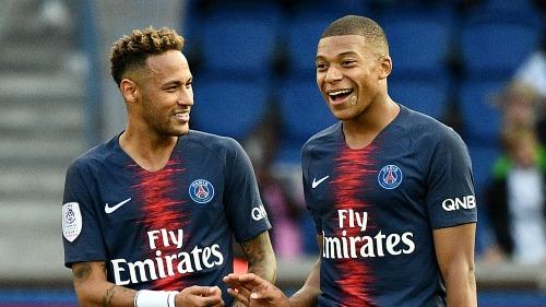 Mbappe (phải) đang có màn trình diễn ấn tượng hơn Neymar trong năm 2018. Ảnh:AFP.