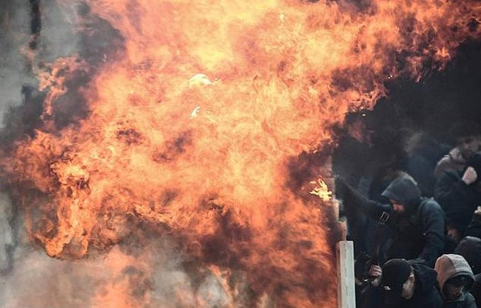 Bom xăng phát nổ trong trận đấu Champions League