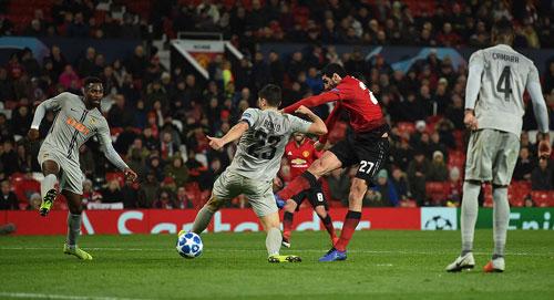 Fellaini xoay người dứt điểm ghi bàn thắng muộn cho Man Utd. Ảnh: AFP.