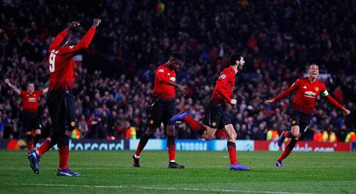 Niềm vui của Fellaini và cầu thủ Man Utd sau bàn thắng muộn. Ảnh: Reuters.