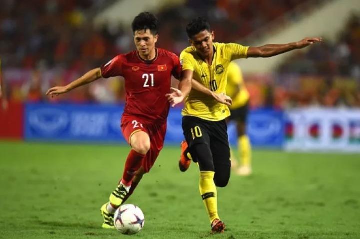 Đình Trọng (trái) trẻ nhất trong ba trung vệ Việt Nam nhưng giữ vị trí thiết yếu. Ảnh: AFF.