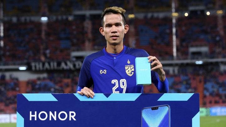 Sanrawat nhận giải cầu thủ hay nhất trận ở vòng bảng AFF Cup 2018. Ảnh: AFF.