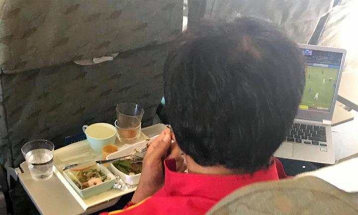 Trợ lý Lee Young-jin vừa dùng bữa vừa xem lại trận Thái Lan - Philippines. Ảnh: Lâm Thỏa.