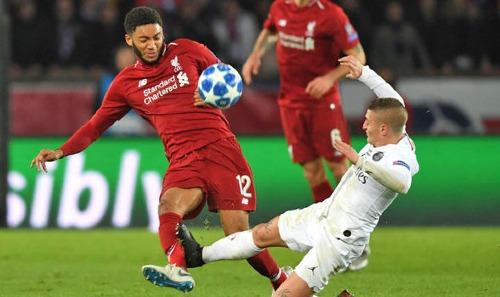 Pha vào bóng nguy hiểm của Verratti với Gomez nhưng tiền vệ của PSG chỉ nhận thẻ vàng. Ảnh:AFP.