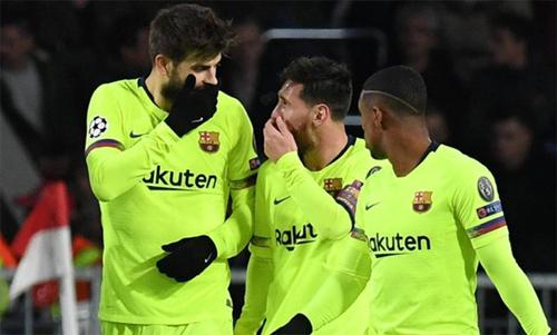 Messi và Pique nói điều gìđó với nhau sau pha phối hợp ghi bàn. Ảnh: Reuters