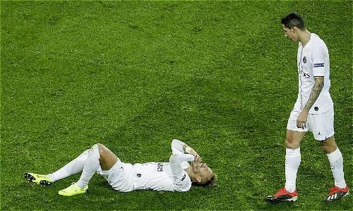 Neymar nhiều lần nằm sân khiến trận đấu gián đoạn. Ảnh:AFP.