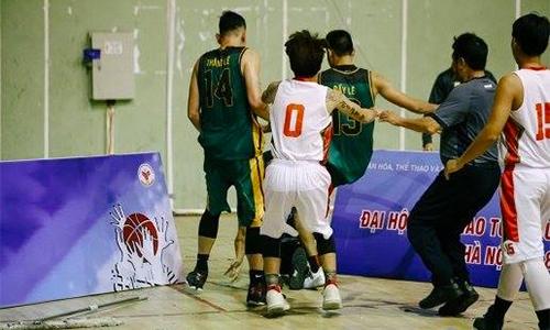 Hai cầu thủ bóng rổ bị cấm thi đấu 10 năm vì đánh trọng tài