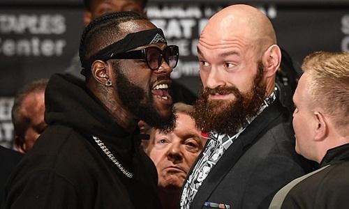 Wilder (trái) và Fury trong buổi họp báo trước trận đấu. Ảnh: Reuters.