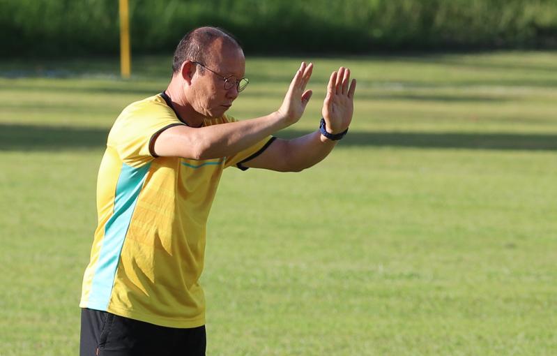 HLV Park Hang-seo 'đánh' trợ lý trên sân tập ở Philippines