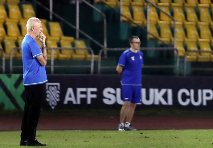 HLV Eriksson chỉ đạo tuyển Philippines tập tại sân Panaad tối 29/11. Ảnh: Đức Đồng