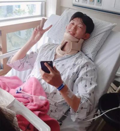 Lee vui vẻ khi đồng đội vào thăm trong viện.