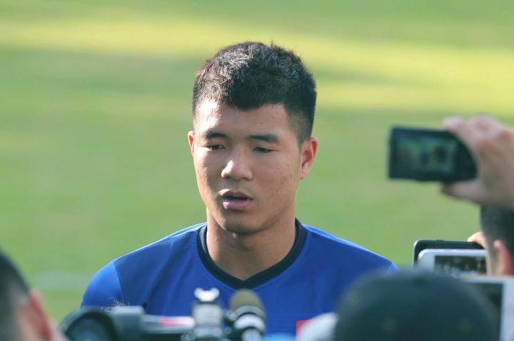 Hà Đức Chinh trả lời phỏng vấn trước buổi tập ngày 30/12 tại Bacolod, Philippines. Ảnh: Đức Đồng