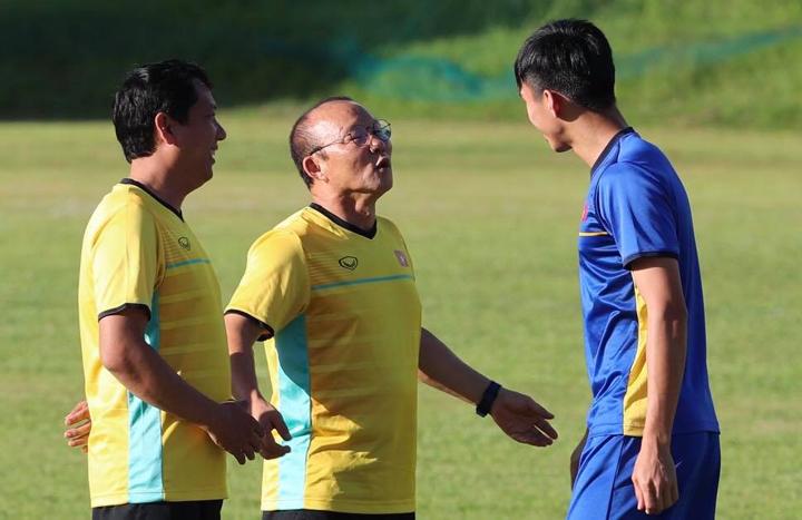 HLV Park Hang-seo trao đổi với Văn Hậu trước buổi tập chiều 30/11 tại Bacolod, Philippines. Ảnh: Đức Đồng