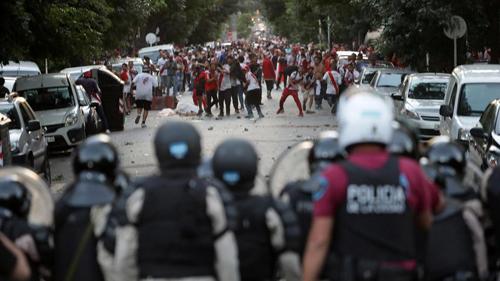 Bạo lực liên tục nổ ra, khiến trận River và Boca không thể tổ chức trên quê hương Argentina.