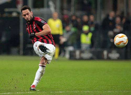 Calhanoglu ghi dấu ấn trong ba bàn thắng của Milan tối 29/11. Ảnh: Reuters.