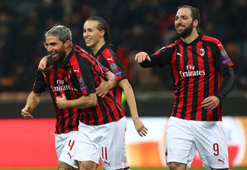 Đồng đội chia vui với Borini (số 11) sau khi anh ấn định chiến thắng 5-2 cho Milan. Ảnh: AP.