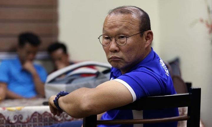 HLV Park Hang-seo tỏ vẻ lo lắng và mệt mỏi khi ngồi chờ cùng học trò ở sân bay New Bacolod Silay. Do vướng mắc về thủ tục. đội tuyển Việt Nam mất hơn ba tiếng để nhập cảnh vào Philippines. Ảnh: Lâm Đồng.