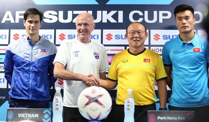 HLV Eriksson và Park Hang-seo trò chuyện vui vẻ trước trận bán kết lượt đi AFF Cup. Ảnh: Đức Đồng