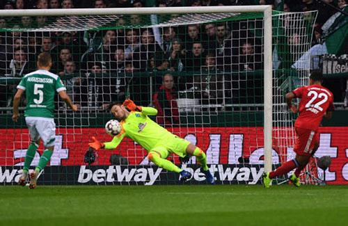 Tình huống ấn định chiến thắng 2-1 của Bayern, sau pha chạy chỗ và dứt điểm thông minh của Gnabry. Ảnh: Reuters.