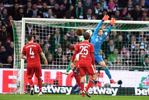 Pha đoán sai điểm rơi khó hiểu của Neuer, dẫn tới bàn thua cho Bayern. Ảnh: Reuters.