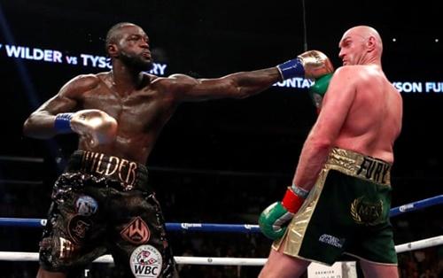 Wilder (trái) hai lần đánh ngã Fury trong cuộc so găng tối 1/12. Ảnh: Reuters.