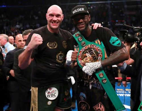 Fury (trái) và Wilder rất thân thiết và tỏ vẻ tình cảm với nhau khi hết trận. Ảnh: Reuters.